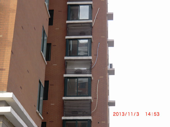 苏宁安装空调室外机,损坏飘窗百叶不给复原.